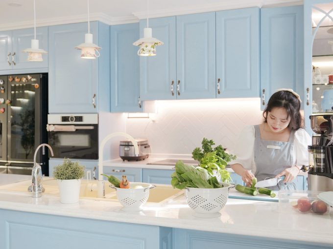 Không gian bếp hiện đại với gam màu xanh pastel ngọt ngào
