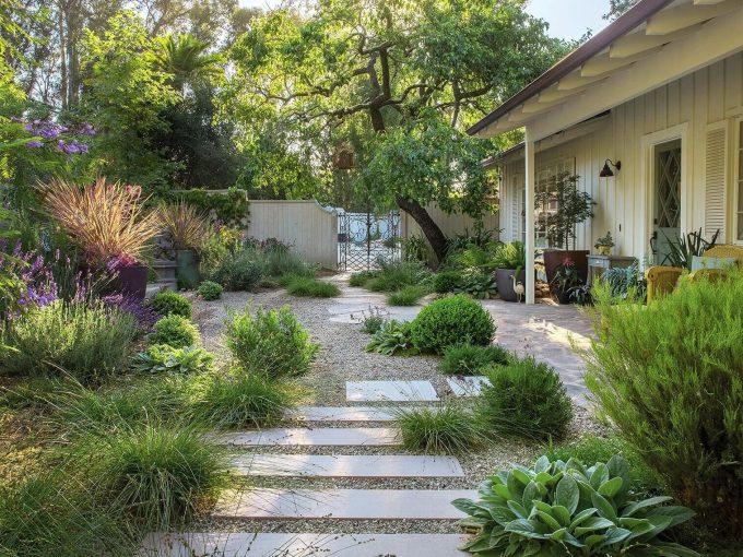 Thiết kế mẫu sân vườn bằng những viên sỏi